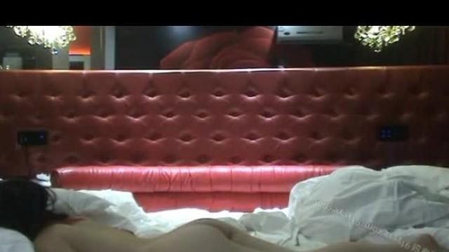 2020七月新流出黑客破解家庭网络摄像头偷拍白领夫妻日常生活做爱裸着在床上吃瓜