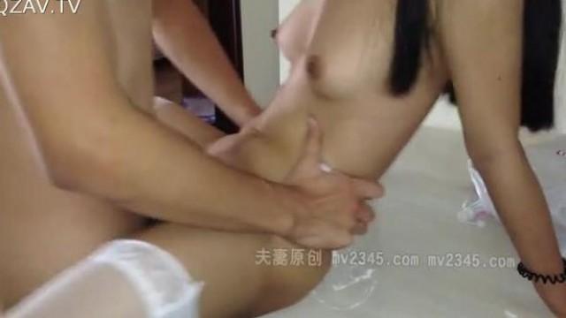 家庭美容院老板娘全裸和儿子睡觉,奶子淫穴全彰显在画面里,四肢张开,哇塞 这要是儿子再大点 可有戏啊!