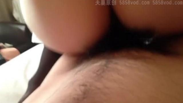 【破解摄像头】爸爸在操逼,小儿子在旁边玩时不时凑过来吃奶,大儿子也从他房间过来看看,不知道说什么了~ (1)