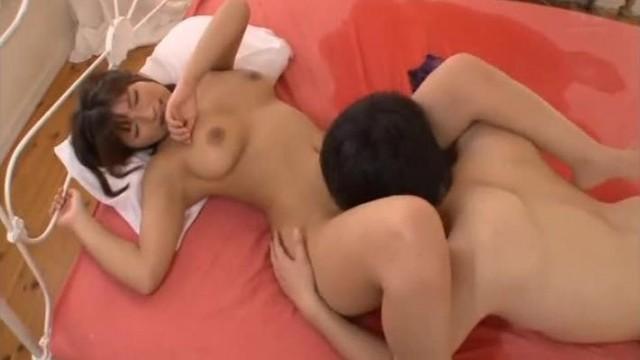 大众洗浴中心女士更衣间内部真实场面偸拍白花花的身体奶子大屁股看到花眼无毛逼妹子的BB阴唇微张好诱人